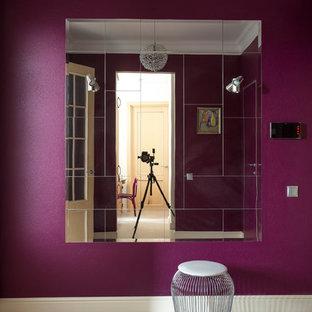 Idéer för en liten klassisk foajé, med lila väggar, klinkergolv i porslin, en enkeldörr, ljus trädörr och vitt golv