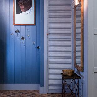 サンクトペテルブルクの小さいエクレクティックスタイルのおしゃれな玄関 (青い壁) の写真