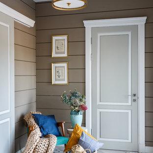 Идея дизайна: большая узкая прихожая в современном стиле с полом из керамогранита, серым полом и коричневыми стенами