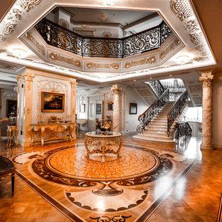 Неиссякаемый источник вдохновения для домашнего уюта: вестибюль в классическом стиле с паркетным полом среднего тона и коричневым полом