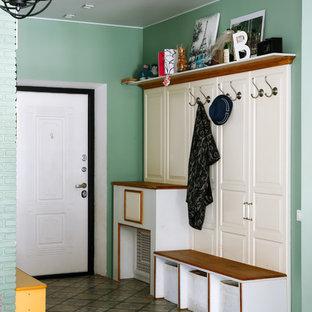 Пример оригинального дизайна: тамбур в стиле современная классика с зелеными стенами, одностворчатой входной дверью, белой входной дверью и разноцветным полом