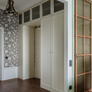 На фото: прихожая в классическом стиле с черными стенами, темным паркетным полом, коричневым полом и обоями на стенах с