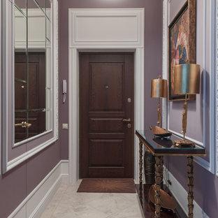 Bild på en vintage ingång och ytterdörr, med lila väggar, en enkeldörr, mörk trädörr och grått golv