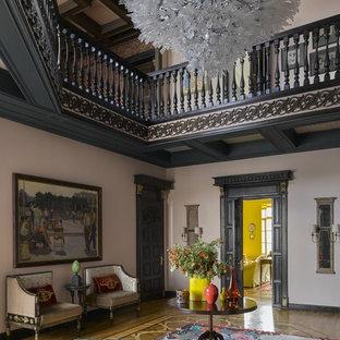 Удачное сочетание для дизайна помещения: фойе в викторианском стиле с бежевыми стенами и светлым паркетным полом - самое интересное для вас