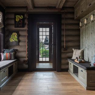 Неиссякаемый источник вдохновения для домашнего уюта: большой тамбур в стиле кантри с серыми стенами, одностворчатой входной дверью, стеклянной входной дверью, бежевым полом и паркетным полом среднего тона
