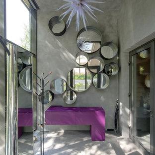 Свежая идея для дизайна: большая прихожая в современном стиле с серыми стенами, полом из керамогранита и стеклянной входной дверью - отличное фото интерьера