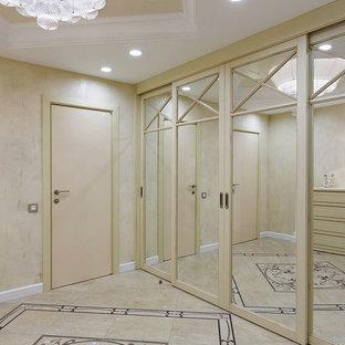 Пример оригинального дизайна: большое фойе в стиле фьюжн с бежевыми стенами, полом из керамической плитки, одностворчатой входной дверью и бежевым полом