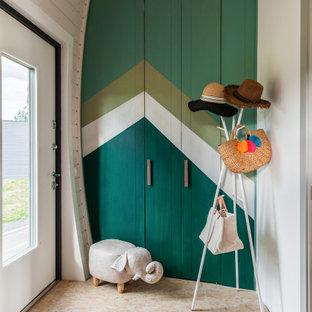 Неиссякаемый источник вдохновения для домашнего уюта: прихожая в современном стиле с зелеными стенами, одностворчатой входной дверью, белой входной дверью и бежевым полом
