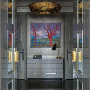 モスクワの大きいエクレクティックスタイルのおしゃれな玄関の写真