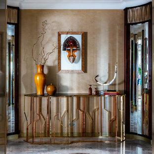 Выдающиеся фото от архитекторов и дизайнеров интерьера: прихожая в современном стиле с разноцветным полом и коричневыми стенами