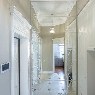 Esempio di un corridoio classico con pareti beige, una porta singola, una porta bianca e pavimento bianco
