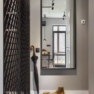 Свежая идея для дизайна: маленькая узкая прихожая в стиле лофт с серыми стенами, полом из керамической плитки и разноцветным полом - отличное фото интерьера