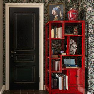 Inredning av en klassisk ingång och ytterdörr, med flerfärgade väggar, en enkeldörr, en svart dörr och brunt golv