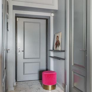 Пример оригинального дизайна: узкая прихожая в стиле современная классика с серыми стенами, одностворчатой входной дверью, серой входной дверью и белым полом