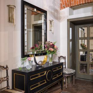 На фото: маленькая узкая прихожая в викторианском стиле с белыми стенами, темным паркетным полом и коричневым полом