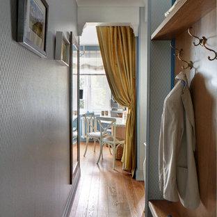 Kleiner Eingang mit Korridor, blauer Wandfarbe und braunem Holzboden in Moskau