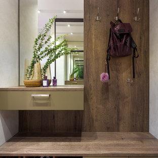 Стильный дизайн: маленький тамбур в современном стиле с бежевыми стенами - последний тренд
