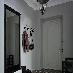 Идея дизайна: входная дверь в стиле современная классика с серыми стенами, одностворчатой входной дверью, белой входной дверью и разноцветным полом