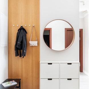 Пример оригинального дизайна: фойе в современном стиле с белыми стенами и белым полом