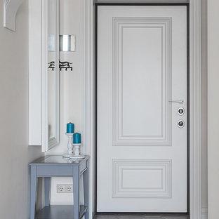Пример оригинального дизайна: маленькая входная дверь в классическом стиле с бежевыми стенами, полом из керамогранита, одностворчатой входной дверью, белой входной дверью и коричневым полом
