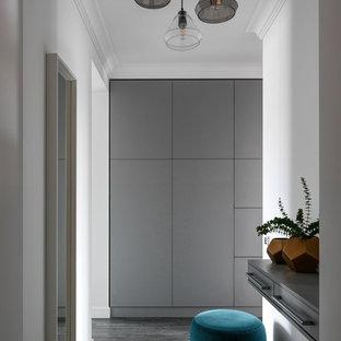 На фото: прихожая среднего размера в современном стиле с белыми стенами и зеленым полом