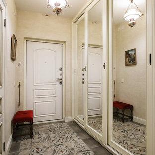 Пример оригинального дизайна интерьера: входная дверь в современном стиле с бежевыми стенами, одностворчатой входной дверью, белой входной дверью и серым полом