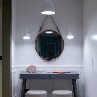 Новый формат декора квартиры: маленькая узкая прихожая в скандинавском стиле с белыми стенами, бетонным полом и бежевым полом