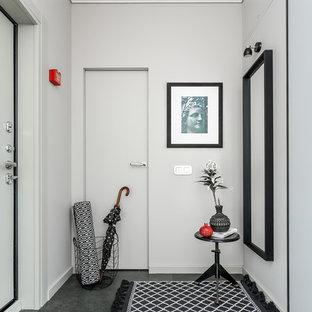 Новые идеи обустройства дома: вестибюль в современном стиле с белыми стенами, одностворчатой входной дверью, белой входной дверью и серым полом