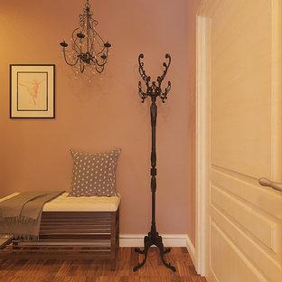 Неиссякаемый источник вдохновения для домашнего уюта: маленькая прихожая в скандинавском стиле с розовыми стенами, темным паркетным полом, одностворчатой входной дверью, коричневой входной дверью и коричневым полом