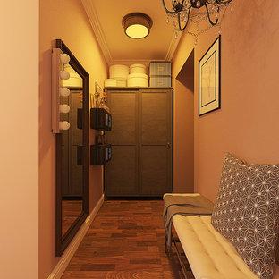Стильный дизайн: маленькая прихожая в скандинавском стиле с розовыми стенами, темным паркетным полом, одностворчатой входной дверью, коричневой входной дверью и коричневым полом - последний тренд