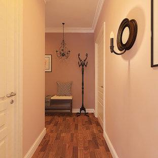 На фото: со средним бюджетом маленькие прихожие в скандинавском стиле с розовыми стенами, темным паркетным полом, одностворчатой входной дверью, коричневой входной дверью и коричневым полом