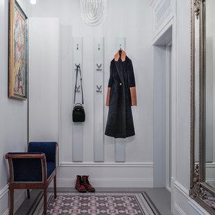 Стильный дизайн: маленькая входная дверь в стиле современная классика с белыми стенами, полом из керамогранита, одностворчатой входной дверью, белой входной дверью и разноцветным полом - последний тренд