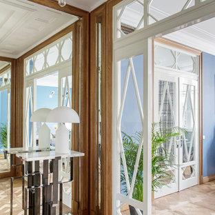 Новые идеи обустройства дома: вестибюль в стиле современная классика с паркетным полом среднего тона и коричневым полом