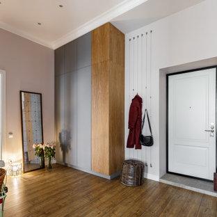 Cette image montre une entrée urbaine de taille moyenne avec mur métallisé.