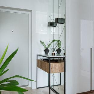 Пример оригинального дизайна: входная дверь в современном стиле с белыми стенами, светлым паркетным полом, одностворчатой входной дверью, белой входной дверью и бежевым полом