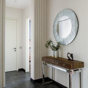 Inspiration för mellanstora moderna farstur, med beige väggar, klinkergolv i porslin, en enkeldörr och svart golv