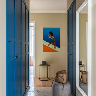 Неиссякаемый источник вдохновения для домашнего уюта: маленькая узкая прихожая в стиле современная классика с бежевыми стенами, полом из керамогранита и белым полом