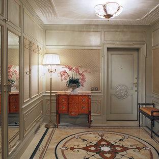 Пример оригинального дизайна интерьера: входная дверь в викторианском стиле с бежевыми стенами, одностворчатой входной дверью, серой входной дверью и мраморным полом