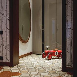 Пример оригинального дизайна интерьера: маленькая прихожая в современном стиле с белыми стенами и полом из керамической плитки