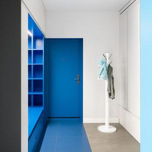Новые идеи обустройства дома: входная дверь в современном стиле с белыми стенами, одностворчатой входной дверью, синей входной дверью и синим полом