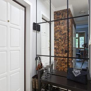 Пример оригинального дизайна: фойе в стиле современная классика с белыми стенами, одностворчатой входной дверью, белой входной дверью и бежевым полом