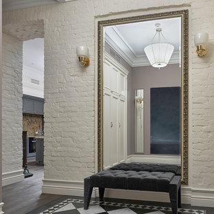 Immagine di un ingresso o corridoio chic con pareti beige e pavimento in marmo