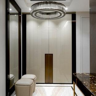 Стильный дизайн: узкая прихожая в современном стиле с белыми стенами, бежевым полом, двустворчатой входной дверью и белой входной дверью - последний тренд