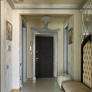 На фото: входная дверь в стиле неоклассика (современная классика) с бежевыми стенами, одностворчатой входной дверью, входной дверью из темного дерева, бежевым полом и правильным освещением