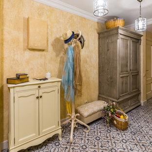 Новый формат декора квартиры: узкая прихожая в стиле шебби-шик с бежевыми стенами, полом из керамической плитки и разноцветным полом