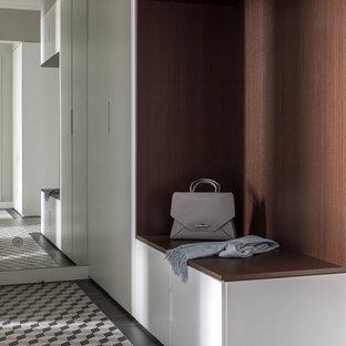 Cette image montre une entrée design avec un mur gris et un sol multicolore.
