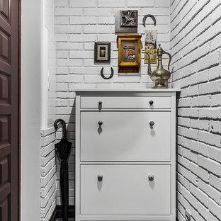 Неиссякаемый источник вдохновения для домашнего уюта: маленькая входная дверь в классическом стиле с серыми стенами, полом из керамогранита, одностворчатой входной дверью, коричневой входной дверью и серым полом