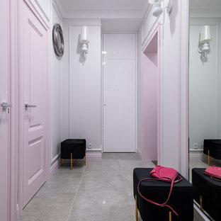 Свежая идея для дизайна: фойе в современном стиле с серыми стенами и серым полом - отличное фото интерьера