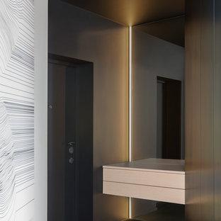 Пример оригинального дизайна: входная дверь в современном стиле с одностворчатой входной дверью, черным полом и правильным освещением
