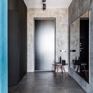 Неиссякаемый источник вдохновения для домашнего уюта: входная дверь в современном стиле с серыми стенами, одностворчатой входной дверью, серым полом и черной входной дверью